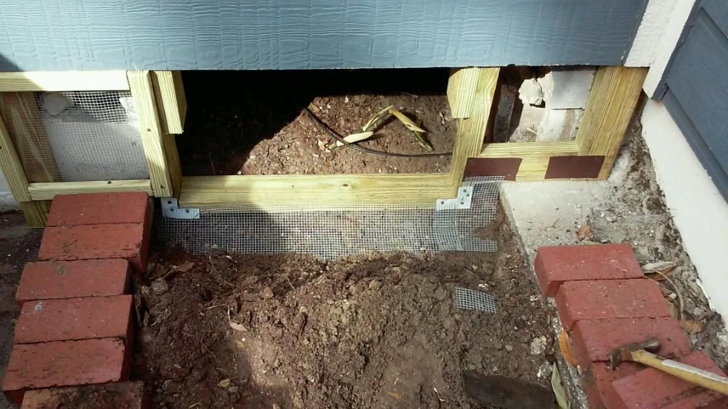 a crawlspace door that at the same time has rat protection.